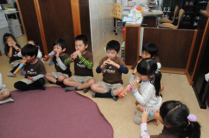 年中、年長クラスでオーストラリアの先住移民アボリジニついてCultureレッスンを行いました。アボリジニの楽器「ディジュリデュ(先生の手作りです!)」を吹いたあと、子供たちは、ミニディジュリデュ作りに挑戦しました。